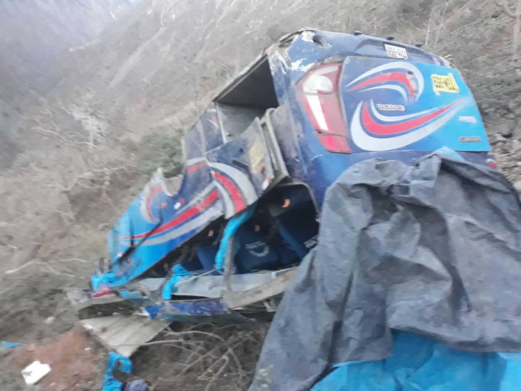 Mueren 17 personas en Perú tras la caída de un autobús a un abismo
